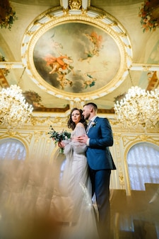 豪華なスタジオ、ホテル、レストランでの結婚式のお祝いに魅力的な新郎新婦。