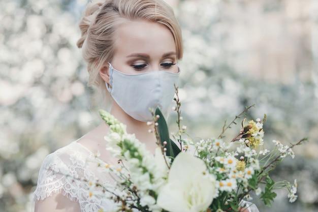 防護マスクの魅力的な花嫁