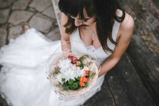 上からの花束と魅力的な花嫁