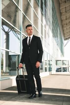 スーツのウォーキングに身を包んだ魅力的なビジネスマン
