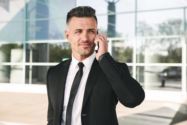 スーツに身を包んだ魅力的なビジネスマン