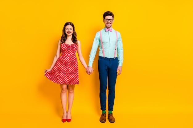 Очаровательная пара девушка компьютерщик держать руку