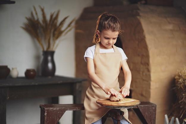 陶芸と生産を楽しむ魅力的な職人少女