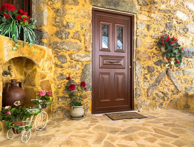 古い地中海の村スピリの中庭の魅力的な入り口