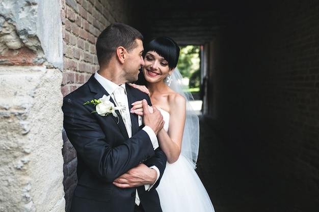 インテリアで楽しい時間を過ごしている魅力的なヨーロッパのカップル。自然光が差し込むアパートメント