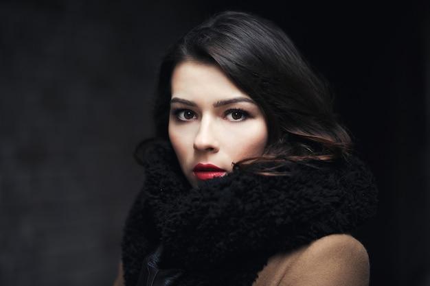 코트에 매력적인 패션 여성 모델.