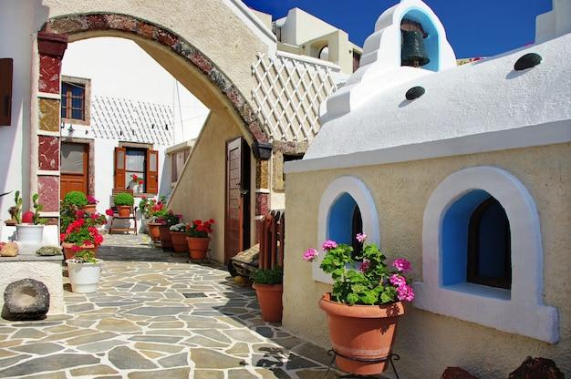 Очаровательные цветочные уголки острова санторини. греция