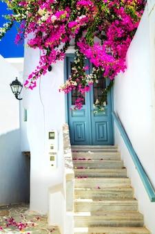 화창한 미코노스 섬의 매력적인 꽃 거리. cyclades, 그리스