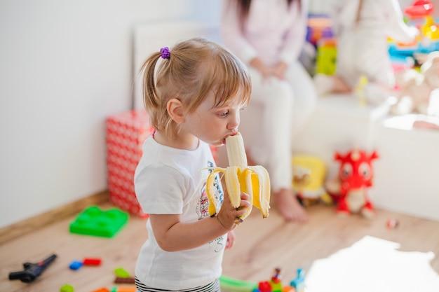 バナナを楽しむ魅力的な女の子