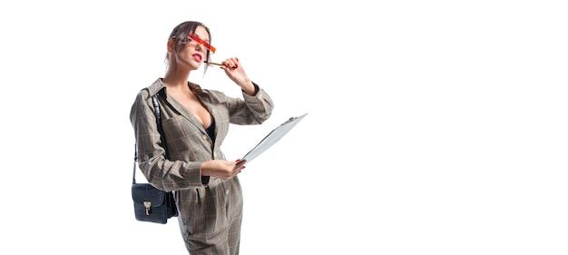 매력적인 여자는 태블릿에 메모를 만든다.