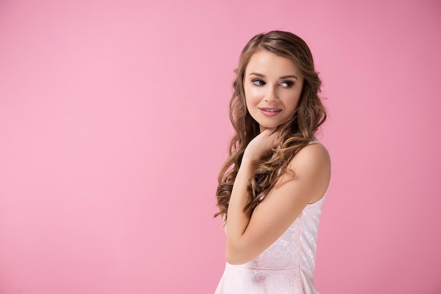 Очаровательная девушка с длинными волосами позирует