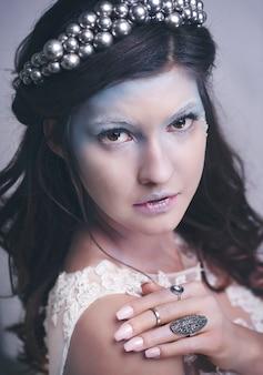 スタジオショットでの魅力的な氷の女王または雪の女王