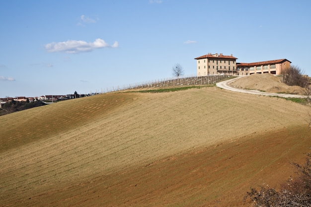 봄철에 몬페라토 지역(이탈리아 북부 피에몬테 지역)의 매력적인 이탈리아 빌라