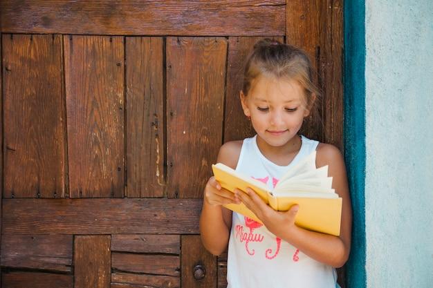 魅力的な子供が本を楽しむ