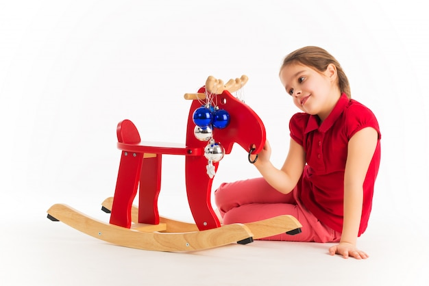 Очаровательная маленькая девочка играет с игрушкой