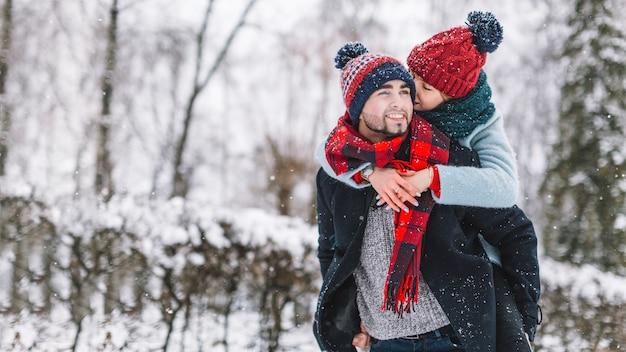 Affascinante coppia di innamorati nella foresta nevosa