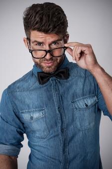 ファッショングラスを持つ魅力的な男
