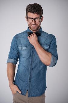 Очаровательный мужчина в модных очках
