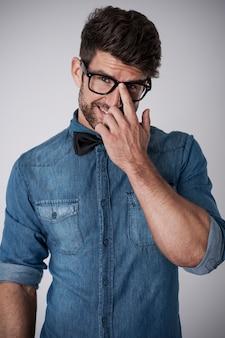 Uomo affascinante con occhiali alla moda