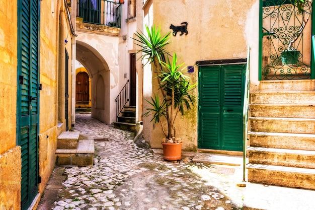 Очаровательные узкие улочки старого города отранто в апулии, италия