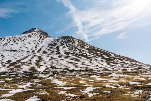 魅力的な自然、雄大な山々、白い雪と青い空に覆われた斜面