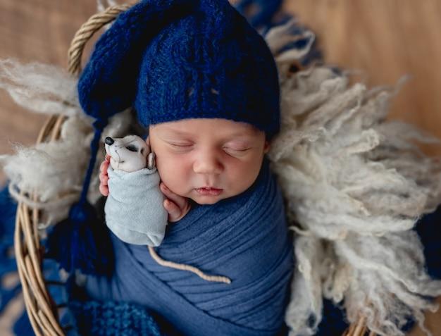 かごの中で眠っている魅力的な新生児の男の子