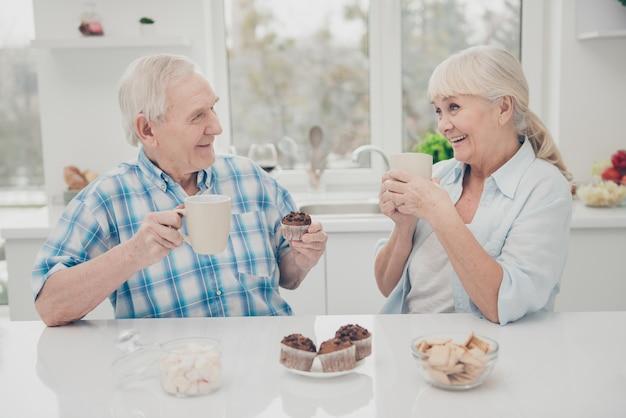 魅力的な人々は屋内で飲み物を持っています Premium写真