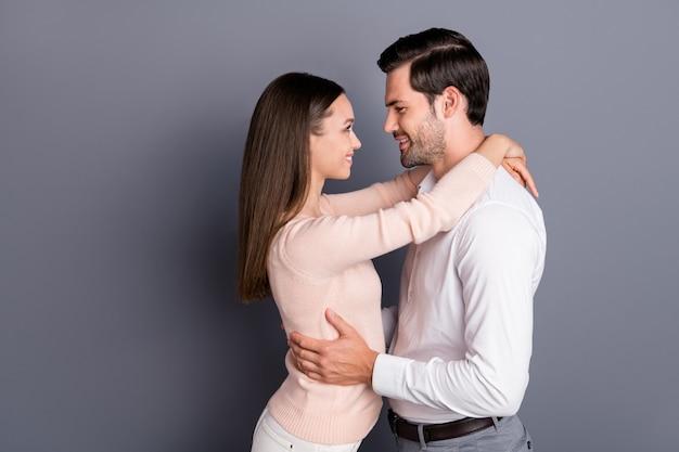 魅力的なロマンチックな夢のようなカップルの抱擁恋に落ちる