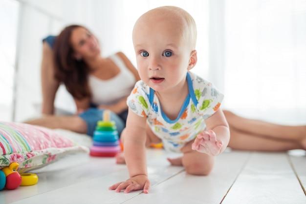 Очаровательный шестимесячный малыш ползает