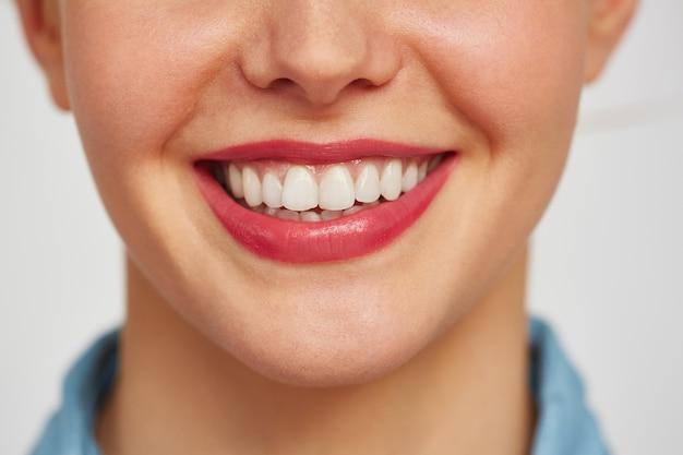 젊은 여자의 매력적인 미소