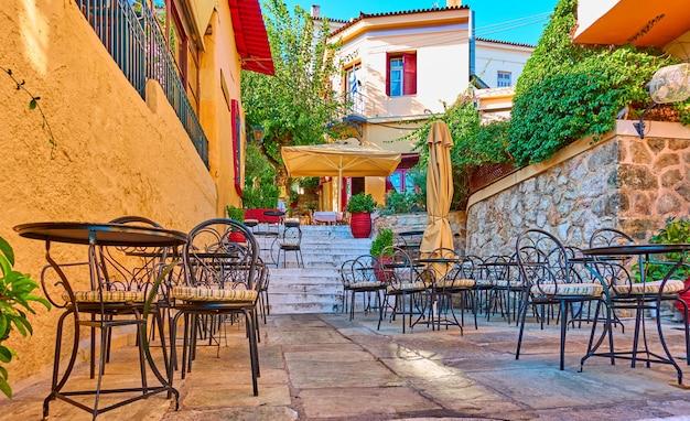 Очаровательное уличное кафе в районе плака в афинах, греция