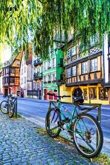 旧市街の魅力的な通りとカラフルな家