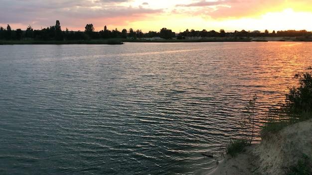 青い湖の魅力的な夏の日光浴