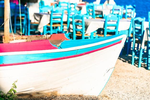 魅力的な伝統的な海辺の居酒屋