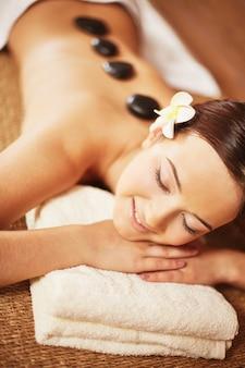 Очаровательная женщина в расслабляющей терапии