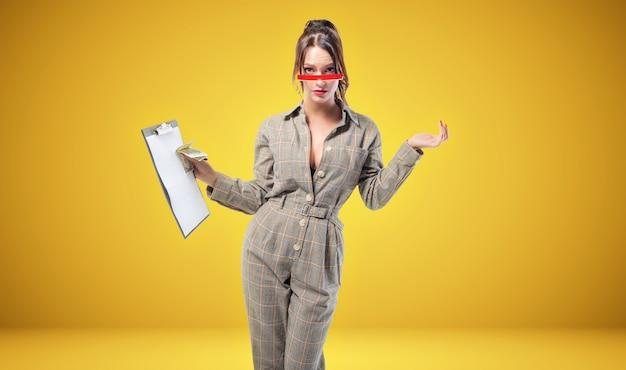 소송에서 매력적인 여자는 노란색에 스튜디오에 서