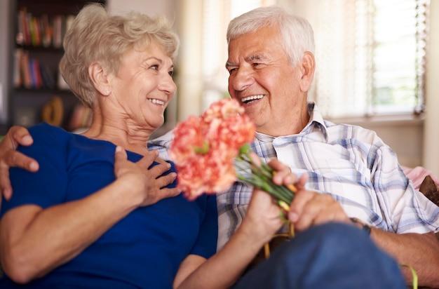 매력적인 여자에게 꽃 다발이 주어집니다.