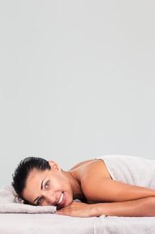 Очаровательная женщина, лежа на массажном шезлонге