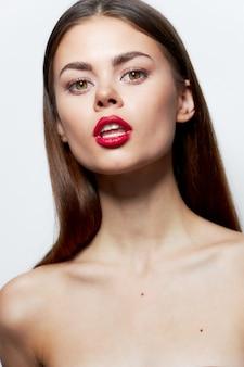Очаровательная женщина голые плечи привлекательный взгляд красные губы открытый рот чистая кожа
