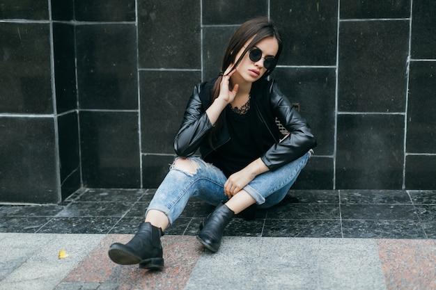 Очаровательная женщина возле черной стены