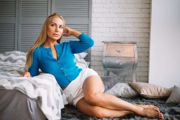 Очаровательная женщина, создавая чувственно в спальне