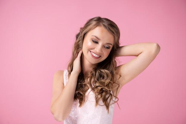 Очаровательная женщина улыбается