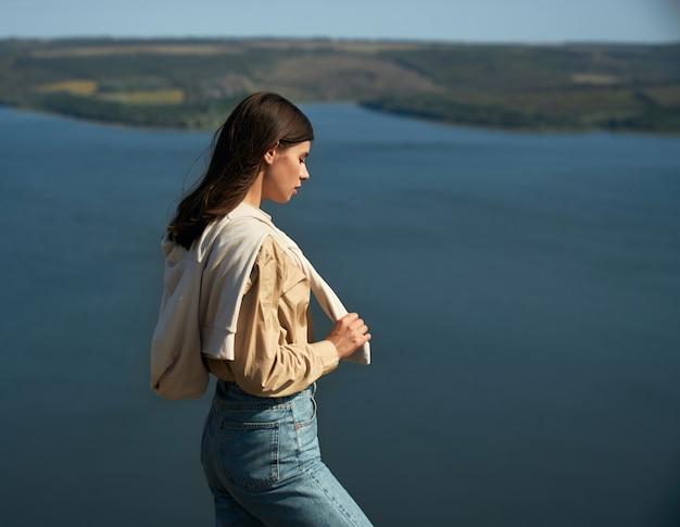 바코타 베이의 산 꼭대기에 서 있는 매력적인 여자