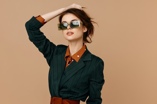선글라스 정장 베이지색 배경 모델을 입고 매력적인 여자
