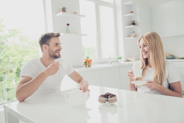 屋内で一緒にポーズをとる魅力的な若いカップル