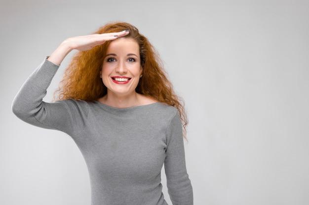 Очаровательная молодая девушка с рыжими волосами