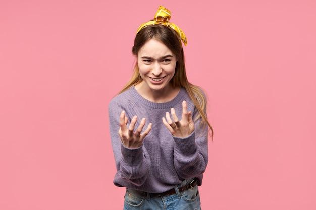 Очаровательная молодая женщина с шелковым шарфом на голове