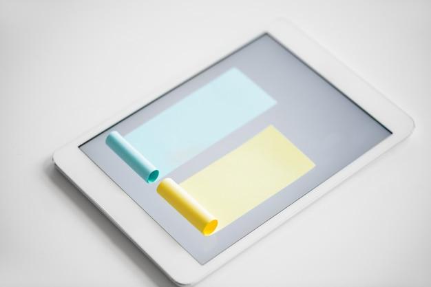 Диаграмма, состоящая из синих и желтых бумажек поменьше, застрявших на экране цифрового планшета на белом фоне