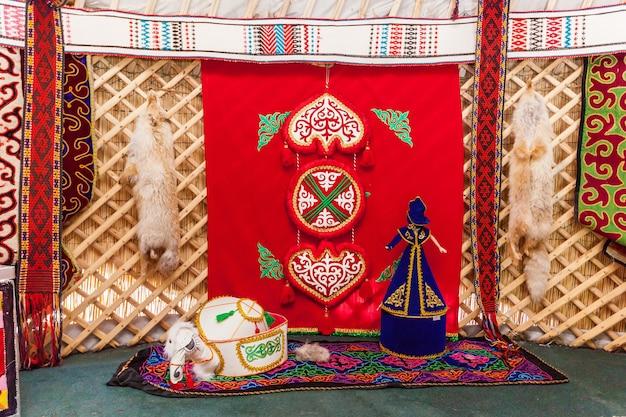 カザフスタン、チャリンキャニオン-7月27日:中央アジアの典型的な遊牧民のトレーラーハウスであるパオの内部。 2016年7月