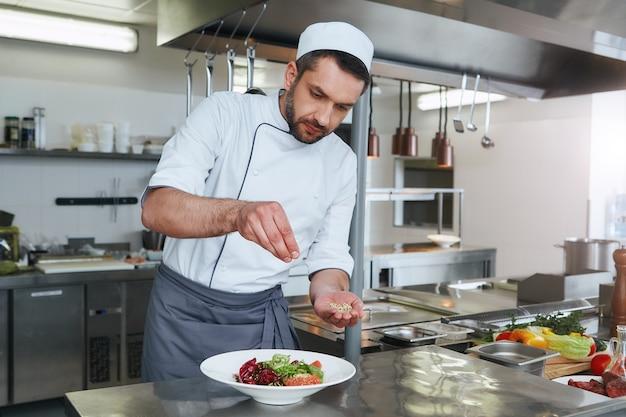 В погоне за ароматами готовит блюдо для современной коммерческой кухни